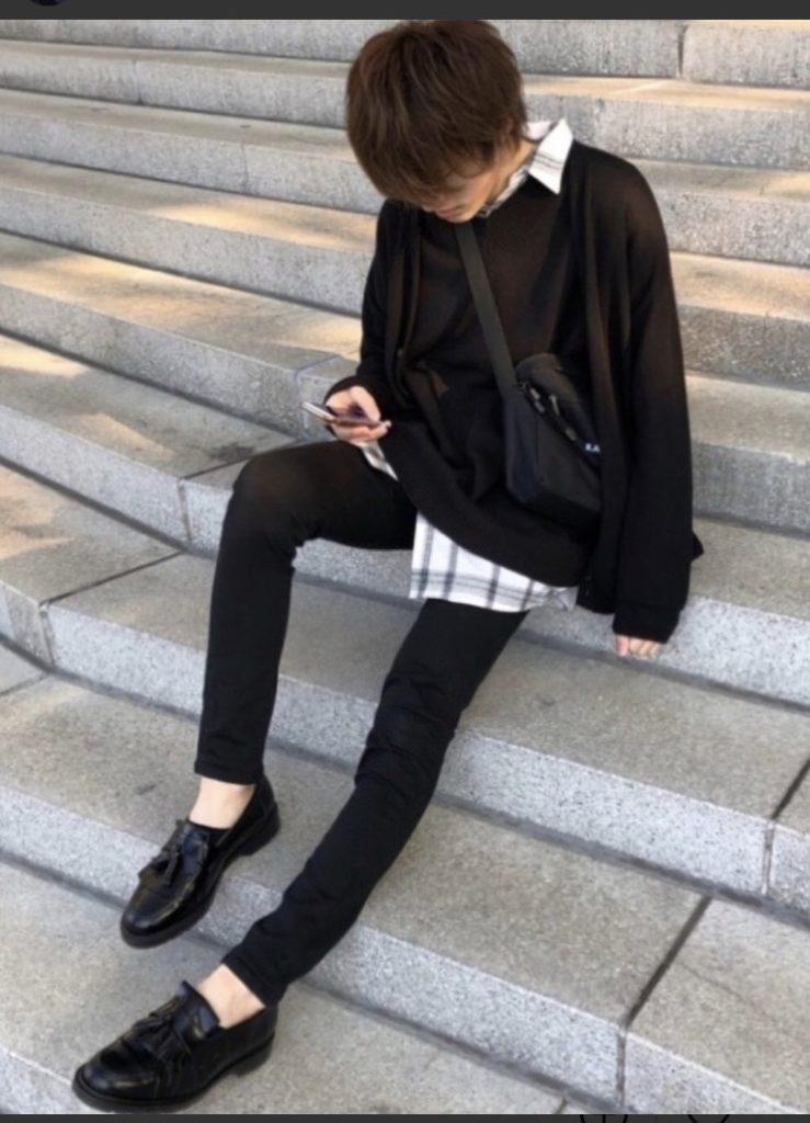 黒のスウェット×黒スキニーの韓国ファッションメンズコーデ①